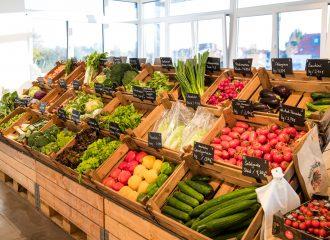 Innenansicht Hofladen mit großem Gemüseregal